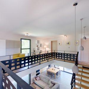 Construction à toiture audacieuse - salon, escalier et premier étage