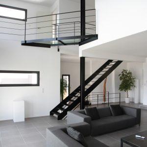 Construction à toit plat - salon et escalier